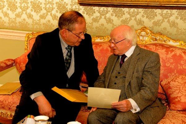 Muiris  Sionóid and President Higgins