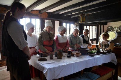 Queen Bess midday meal at Mary Arden's Farm