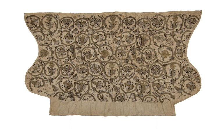 SBT 1994-31: An early seventeenth-century coif cap with blackwork and gilt thread embroidered flowers, 24 x 42 cm, 1600-30, The Shakespeare Birthplace Trust.